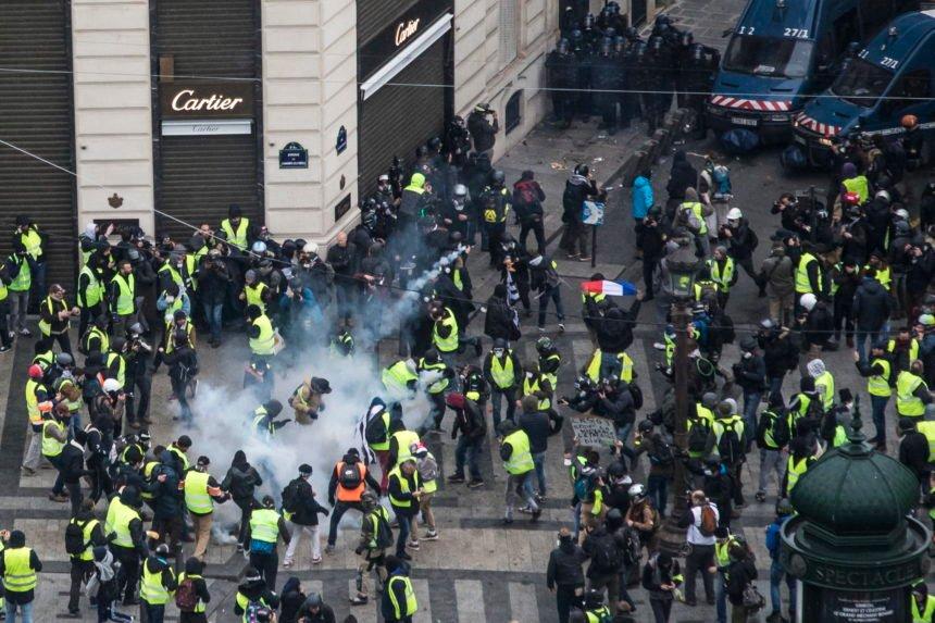 Elizejske poljane kao bojno bolje, Marine Le Pen popularnija od Macrona