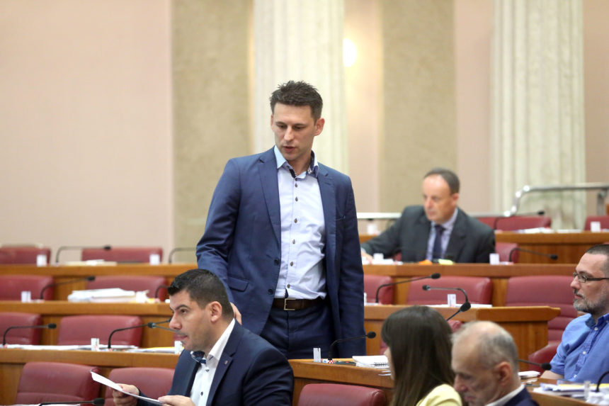 Cenzura na sajmu u Virovitici: Direktor zabranio govoriti Grmoji i Petrovu