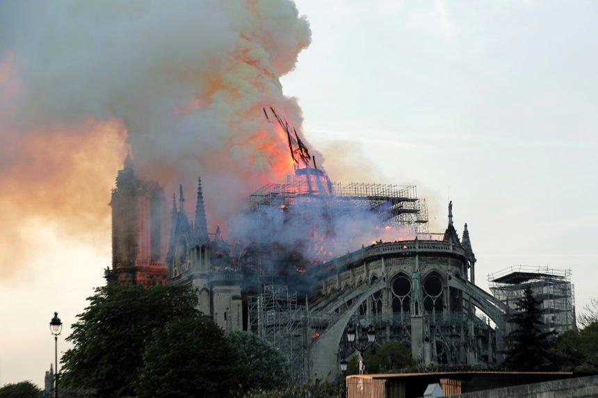 Francuske vlasti za sada ne sumnjaju u terorizam: Stručnjaci ne isključuju mogućnost da je požar podmetnut