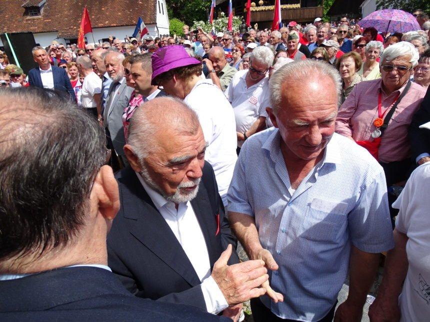 Mesić u Kumrovcu proslavio Titov rođendan okružen jugoslavenskim zastavama i komunističkim obilježjima