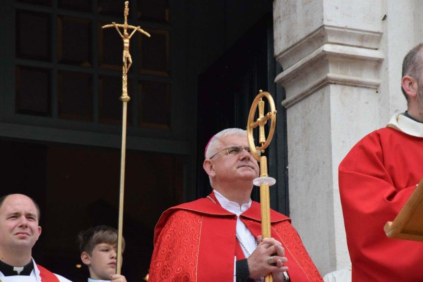 Uzinić je polemizirao  s Milanovićem koji je rekao da su hrvatski biskupi nazadni, pohlepni i militantni: Sada mu je prvi čestitao