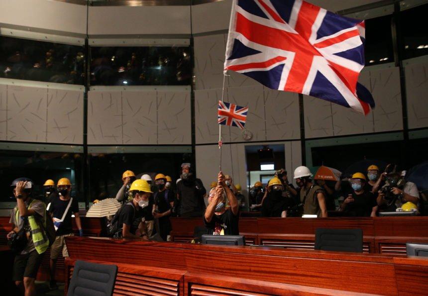 Počela uhićenja prosvjednika protiv zakona u izručenju u Hong Kongu. Prosvjednici u parlamentu istaknuli britansku zastavu