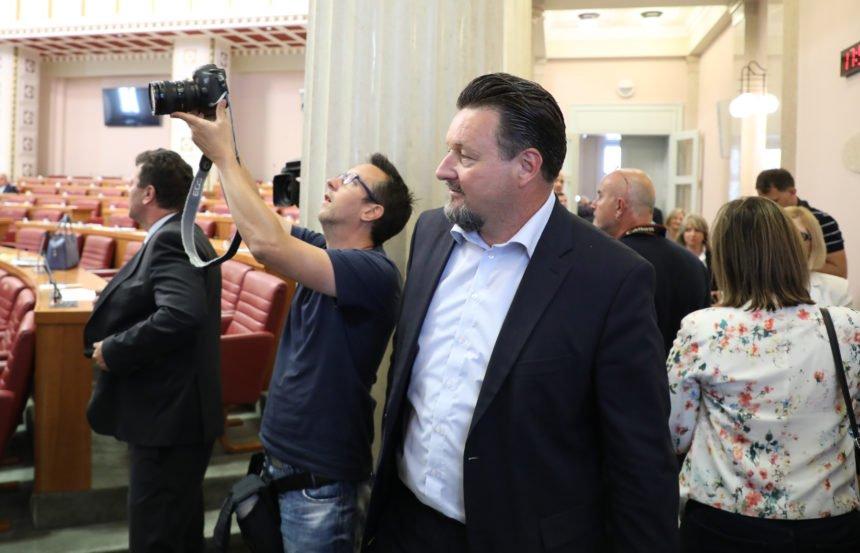 """Donosimo kaznenu prijavu protiv Lovre Kuščevića: Kako je šogoru protuzakonito sredio stan, a svoj """"kokošinjac""""pretvorio u kuću"""