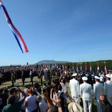Postolujni stresni poremećaj srpskog predsjednika: Zašto Vučićeve komemorativne skupove podržava Pupovac?