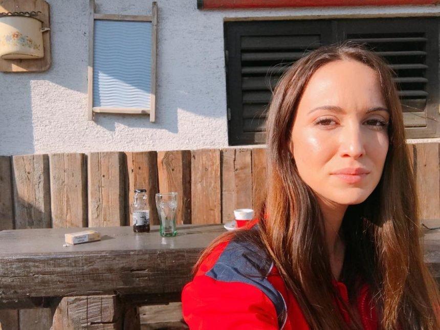 """Poznata pjevačica u Pernarovoj grupi """"Oštećeni cjepivima"""": Moja je curica nakon cjepiva prestala jesti i piti, stalno je vrištala"""