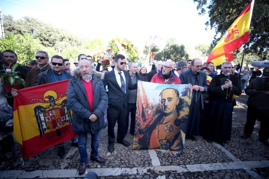 """Posmrtni ostaci Francisca Franca premješteni iz mauzoleja: 400 prosvjednika uzvikivalo """"živio Franco"""", unatoč zabrani"""