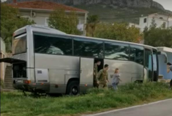 Stravičan sudar vojnog i školskog autobusa s osobnim automobilom: Jedna osoba poginula, osam ozlijeđenih