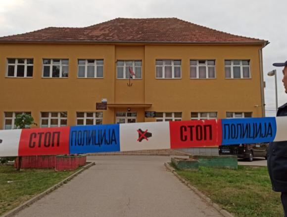 Srbija: Napadača naoružan automatskom puškom i eksplozivom upao u školu. Savladao ga hrabri profesor