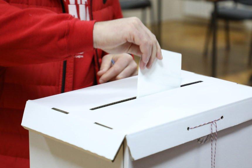 U Mostaru zaspao predsjednik biračkog odbora: Ljutiti glasači čekali dvadeset minuta