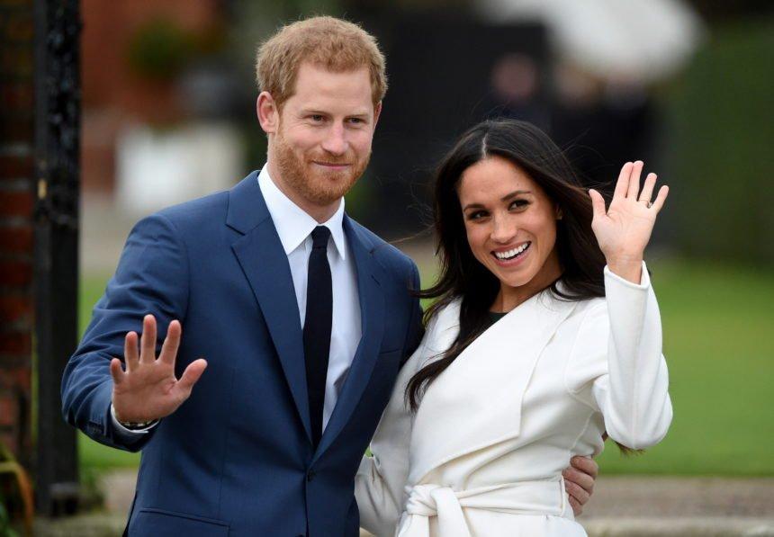 Pogledajte naslovnicu satiričnog lista koja je šokirala Engleze: Kraljica kleči na Megan Markle koja ne može disati