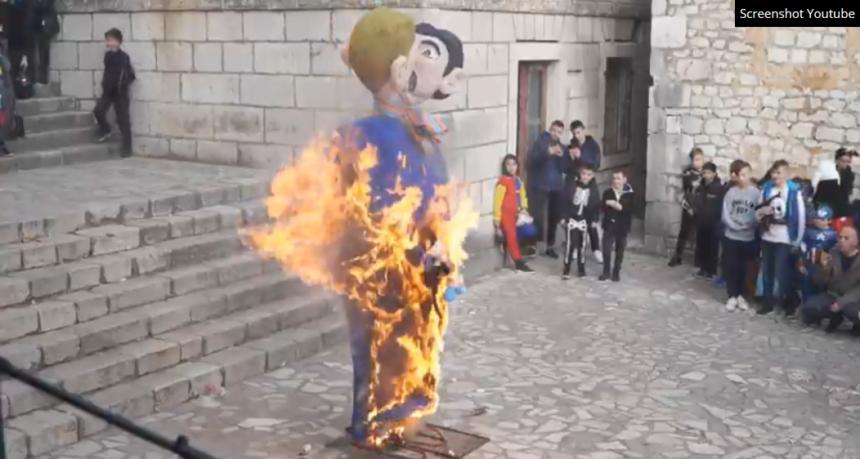 Imoćani zapalili krnju: Gay par s usvojenim djetetom i petokrakom na čelu