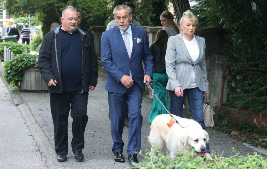 Gradonačelnik Bandić i njegov pes: Rudi voli drijemati na prekrivaču brenda Fendi