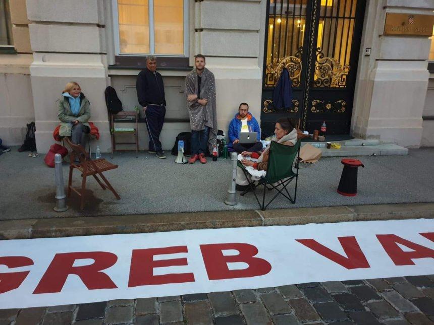 Prenoćili ispred Sabora: Raspušta se parlament, a nema zakona o obnovi Zagreba