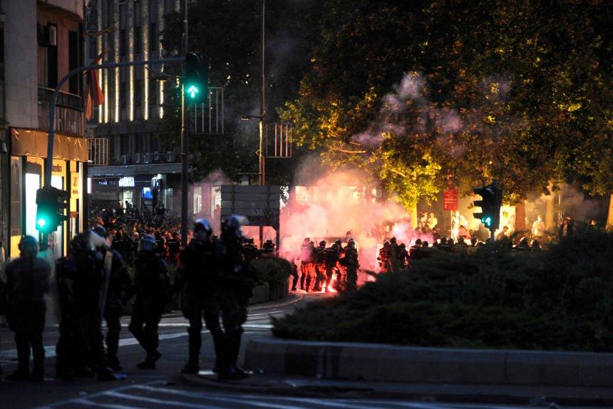 ŠOKANTNI VIDEO: Vučićeva policija se iživljava na nemoćnom prosvjedniku