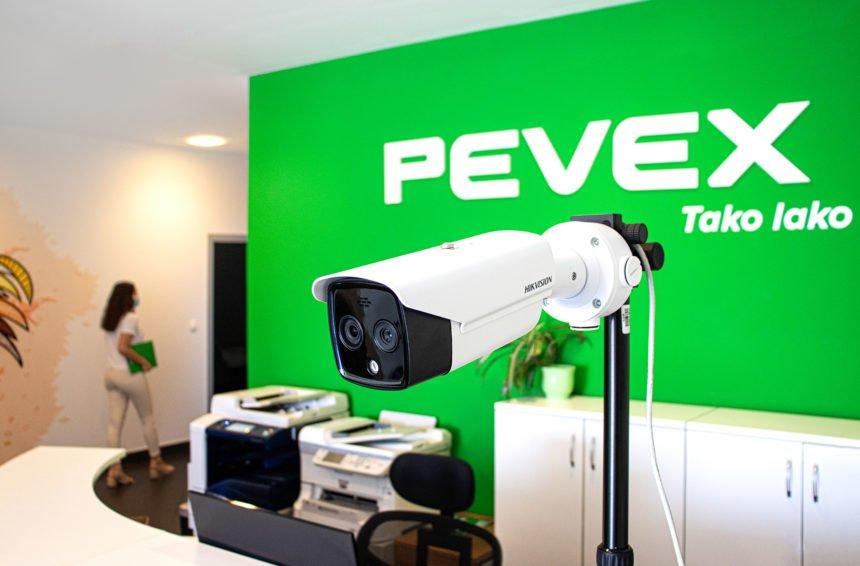 Nakon specijalnih zaštitnih mjera za kupce i zaposlenike u prodajnim centrima, Pevex ih uveo i u prostore Uprave