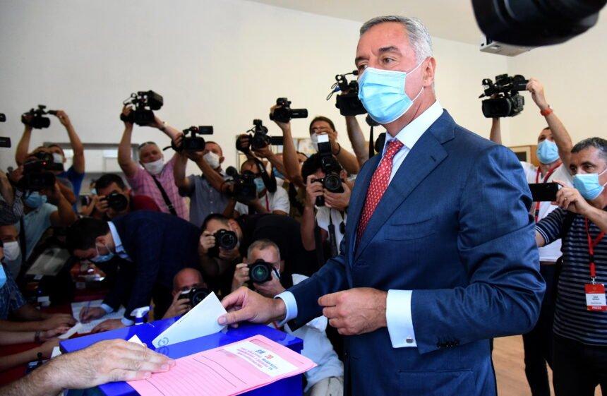 Vučić može biti zadovoljan: Kako je Srpska pravoslavna crkva srušila Milu Đukanovića