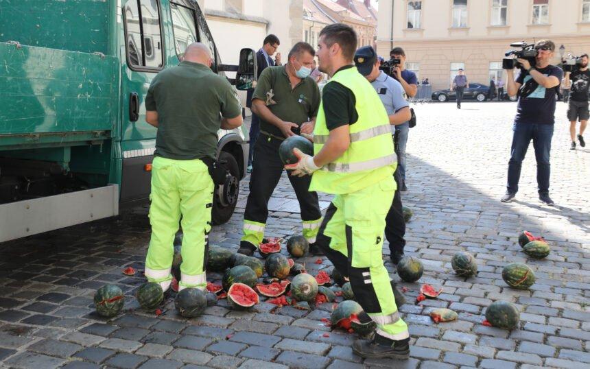 Sinčić iskrcao lubenice ispred Banskih dvora: Zašto je Božinović akciju Živog zida nazvao ugrozom?