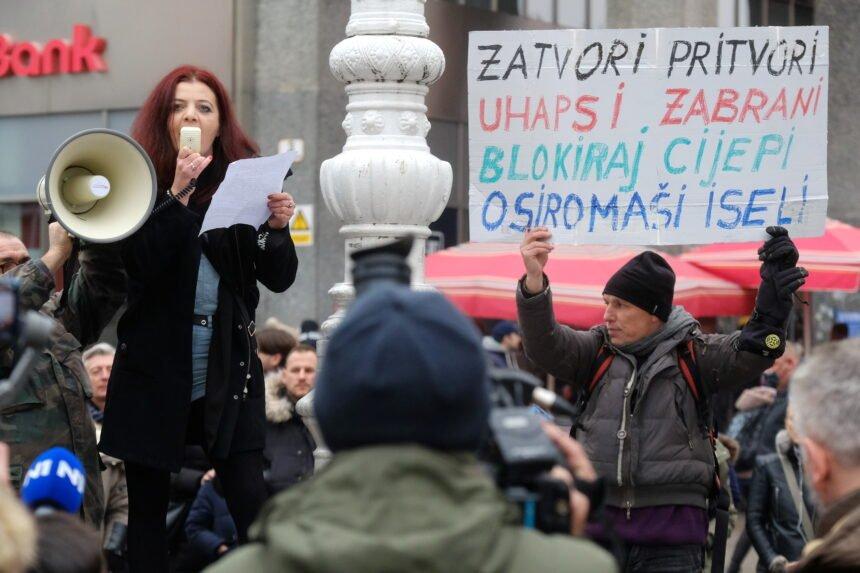 """Protivnici cijepljenja nosili transparent: """"Cijepi si mamu, mene nećeš"""""""