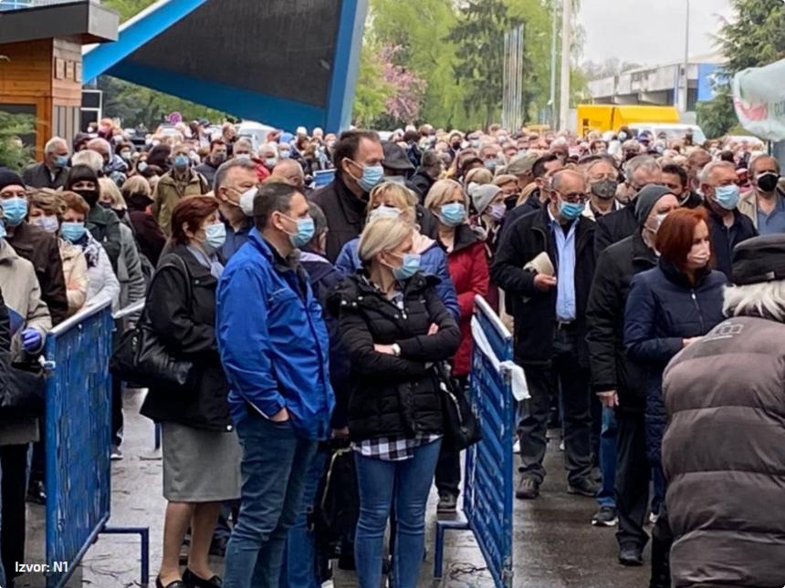 Kaos na velesajmu: Gomila ljudi čeka cjepivo, nema socijalne distance